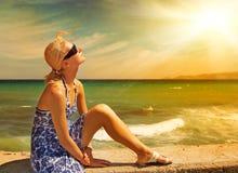 Mulher que relaxa na praia Imagens de Stock