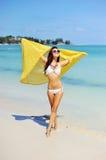 Mulher que relaxa na praia, apreciando a liberdade do verão Fotos de Stock