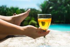 Mulher que relaxa na praia com um cocktail, em um recurso de férias imagens de stock