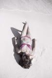 Mulher que relaxa na praia tropical Fotografia de Stock Royalty Free