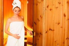 Mulher que relaxa na sala de madeira da sauna Fotografia de Stock