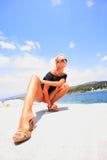 Mulher que relaxa na tarde fotografia de stock