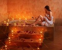 Mulher que relaxa no banho. Fotos de Stock Royalty Free