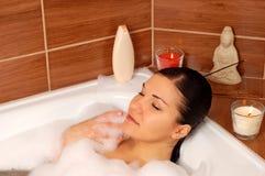 Mulher que relaxa no banho fotos de stock