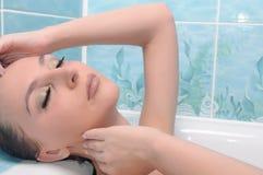 Mulher que relaxa no banho térmico fotos de stock