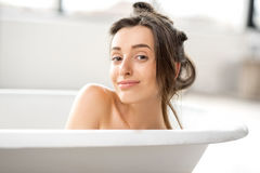Mulher que relaxa no bathtube Foto de Stock Royalty Free