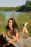 Mulher que relaxa no campo Fotografia de Stock Royalty Free