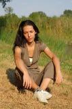 Mulher que relaxa no campo Imagem de Stock Royalty Free