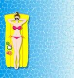 Mulher que relaxa no colchão inflável no mar Foto de Stock