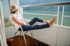Mulher que relaxa no cruzeiro do barco imagem de stock