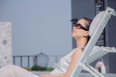 Mulher que relaxa no hotel de luxo imagem de stock royalty free