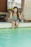 Mulher que relaxa no lado da piscina privada fotografia de stock
