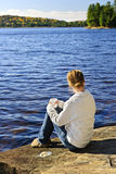 Mulher que relaxa no lago bonito Fotos de Stock Royalty Free