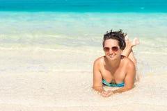 Mulher que relaxa no mar Fotos de Stock