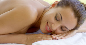 Mulher que relaxa no pátio exterior da tabela dos termas Imagens de Stock Royalty Free