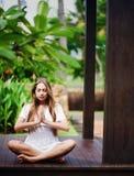 Mulher que relaxa no recurso foto de stock royalty free