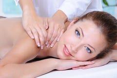 Mulher que relaxa no salão de beleza de beleza Fotografia de Stock Royalty Free