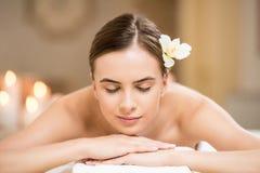 Mulher que relaxa no salão de beleza dos termas Imagens de Stock