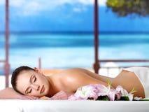 Mulher que relaxa no salão de beleza dos termas Imagens de Stock Royalty Free