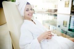 Mulher que relaxa pela associação nos TERMAS imagens de stock royalty free