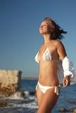 Mulher que relaxa perto do mar Foto de Stock Royalty Free