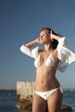 Mulher que relaxa perto do mar Fotos de Stock Royalty Free