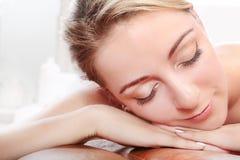 Mulher que relaxating nos termas Fotografia de Stock