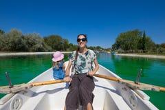 Mulher que rema em um nex do barco à menina Imagem de Stock Royalty Free