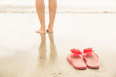 Mulher que rema no mar Imagem de Stock