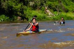 Mulher que rema a raça da canoa Foto de Stock Royalty Free