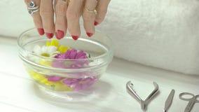 Mulher que remove as mãos do banho do aroma video estoque