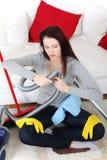 Mulher que repara acima o aspirador de p30. Imagem de Stock Royalty Free