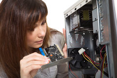 Mulher que repara o computador imagens de stock