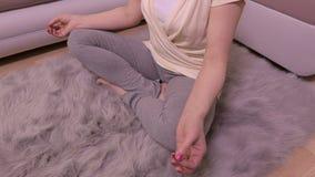 Mulher que respira e que concentra-se na ioga vídeos de arquivo