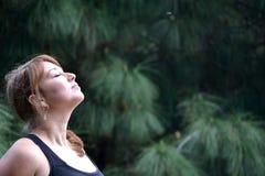 Mulher que respira no perfume da natureza Fotos de Stock