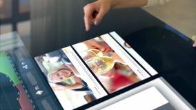 Mulher que revê o microblog no painel interativo vídeos de arquivo