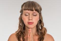 Mulher que reza ao deus - conceito da espiritualidade imagem de stock