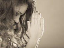 Mulher que reza ao deus jesus Fé da religião Imagens de Stock