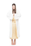 Mulher que reza com olhos fechados barefoot Isolado no fundo branco fotos de stock royalty free