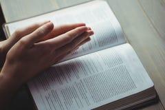 Mulher que reza com sua Bíblia fotos de stock royalty free
