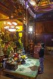 Mulher que reza no altar no templo budista, Hanoi foto de stock