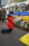 Mulher que reza nos joelhos Foto de Stock Royalty Free