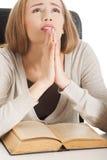 Mulher que reza para passar o exame Foto de Stock Royalty Free