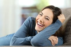 Mulher que ri com os dentes perfeitos que olham o Imagem de Stock Royalty Free