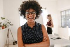 Mulher que ri durante a apresentação no escritório imagem de stock