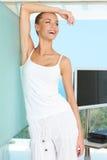 Mulher que ri na sala de visitas moderna Fotografia de Stock Royalty Free