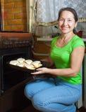 Mulher que roasting a determinada espécie de abóbora vegetal enchida imagem de stock royalty free