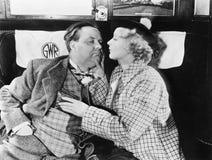 Mulher que rouba a carteira de um homem de sono em um trem (todas as pessoas descritas não são umas vivas mais longo e nenhuma pr Imagem de Stock Royalty Free