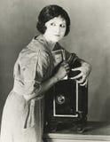 Mulher que rouba o dinheiro do cofre forte fotografia de stock