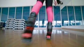 A mulher que salta com as sapatas do kangoo no estúdio da dança filme